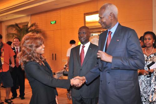 La Secrétaire Générale Jacqueline NIZET et S.E.M. Abdou Diouf