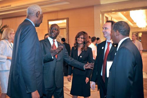 Francis NIZET serre la main d'Abdou Diouf