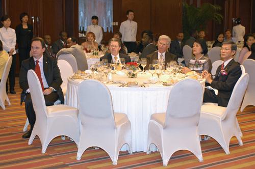 Une des tables des Ambassadeurs.