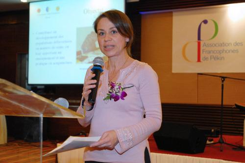 Sylvie Hu présente l'association qui sera destinataire des dons au prochain gala.