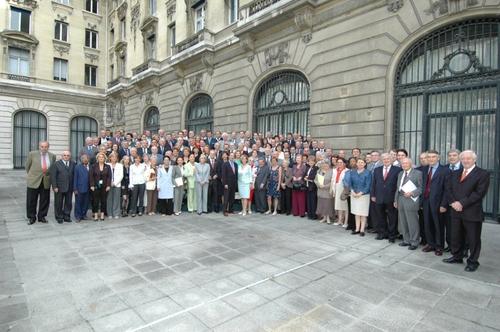 Photo de famille de l'Assemblée dans la cour du Centre de Conférences Internationales avenue Kléber